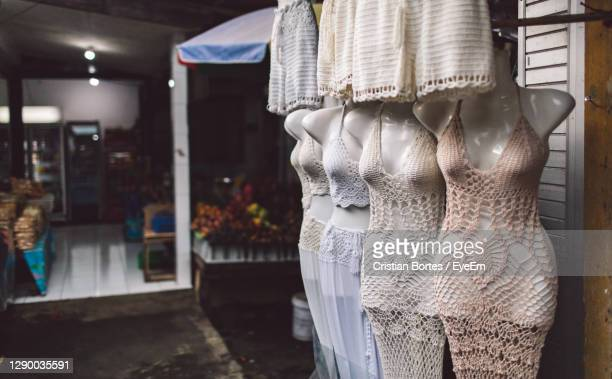 clothes hanging in store for sale - bortes fotografías e imágenes de stock