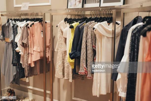 negozio di abbigliamento - pendere foto e immagini stock