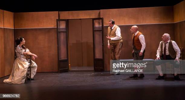 Clotilde de Bayser Gérard Giroudon Bruno Raffaelli et Christian Hecq de la ComédieFrançaise interprètent au 'Théâtre du VieuxColombier' la pièce 'Les...
