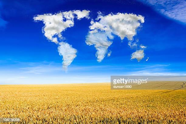 Cloud-Formation in Weltkarte über Feld von Weizen
