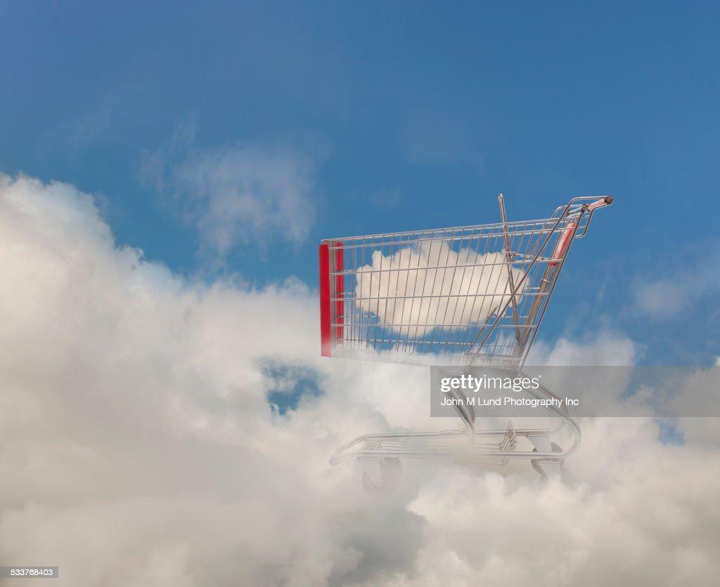 Cloud in shopping cart in blue sky : Foto stock