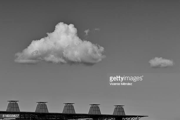 cloud over the roof in city - vicente méndez fotografías e imágenes de stock