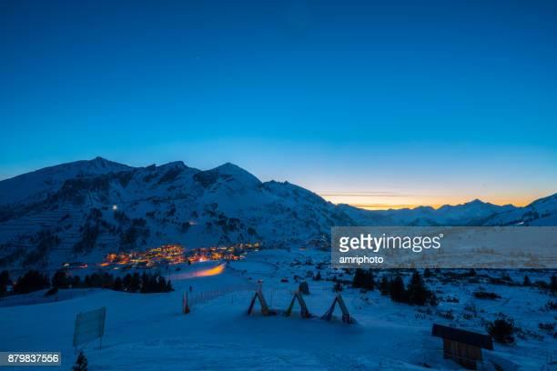 Wolk van typologieën - blauwe uur in de winter van de besneeuwde bergen met ski-oord