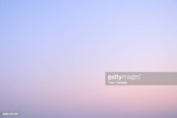 cloud typologies - clouds over romantic color sky in springtime - bleu photos et images de collection