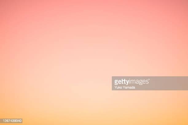 cloud typologies - orange colour gradient morning sky - zachtheid stockfoto's en -beelden