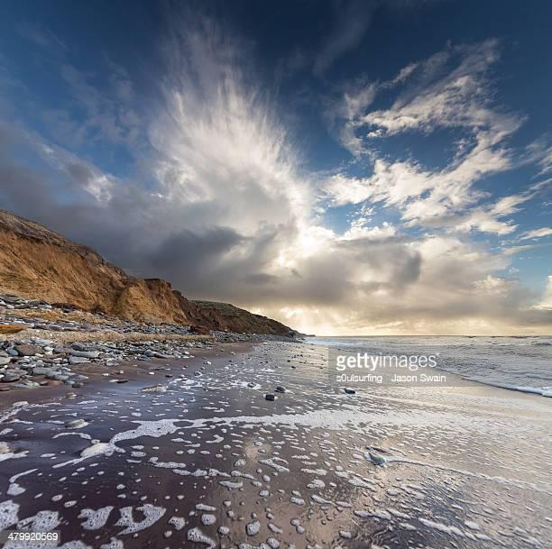 cloudburst over compton bay - s0ulsurfing foto e immagini stock