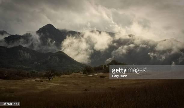 cloud-covered mountains, grasslands trail, santa monica mountains recreation area - calabasas fotografías e imágenes de stock