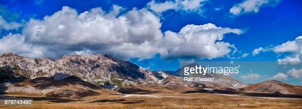 clouds above gran sasso d'italia, abruzzo, italy - グラン・サッソ ストックフォトと画像