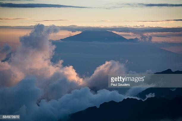 clouds and mount meru at sunset - meru filme stock-fotos und bilder