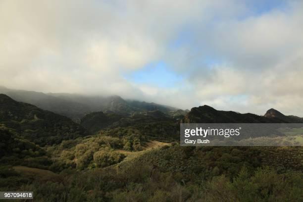 clouds and ocean air over mountain range and valley - calabasas fotografías e imágenes de stock