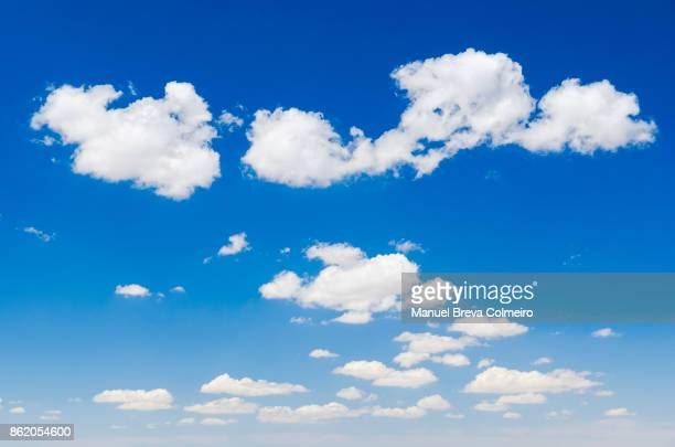 clouds and sky - heldere lucht stockfoto's en -beelden
