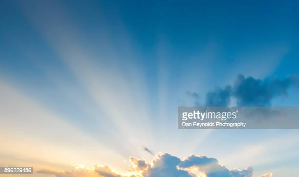 clouds and sky with sun beam's - heldere lucht stockfoto's en -beelden