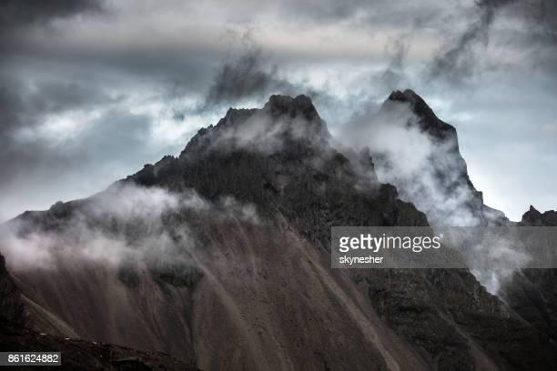 nuages sont couvrant le sommet du sommet de la montagne