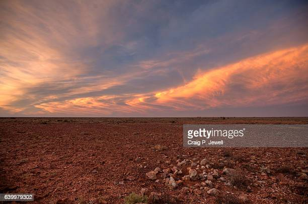clouds at dusk over the australian outback - territorio selvaggio foto e immagini stock