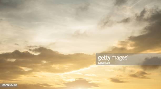 clouds in at sunset - dramatischer himmel stock-fotos und bilder