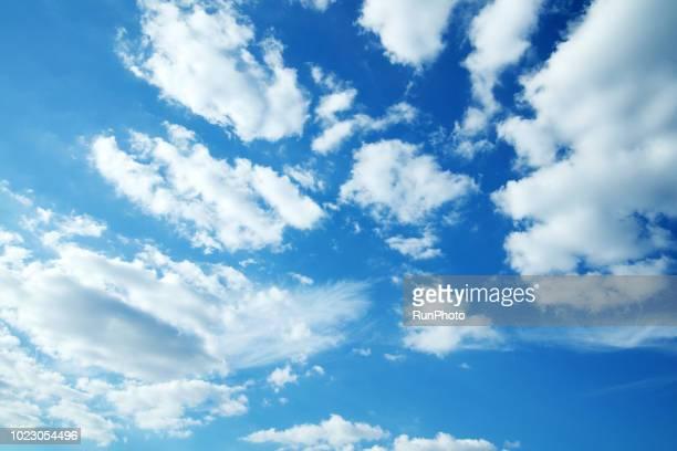 clouds in blue sky - nublado - fotografias e filmes do acervo