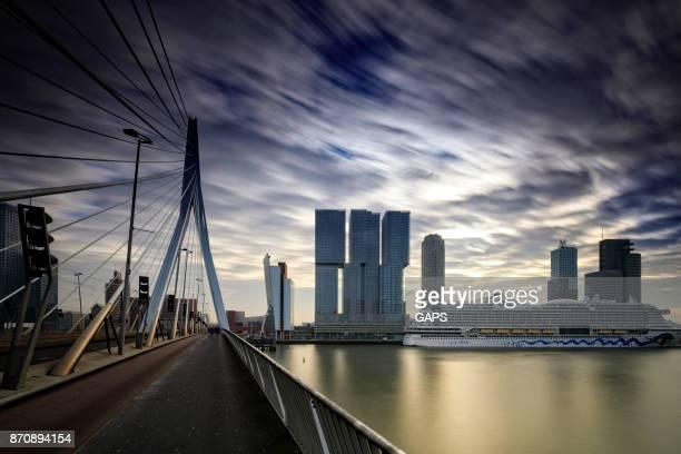 wolken die bewegen over karakteristiek Erasmusbrug van Rotterdam
