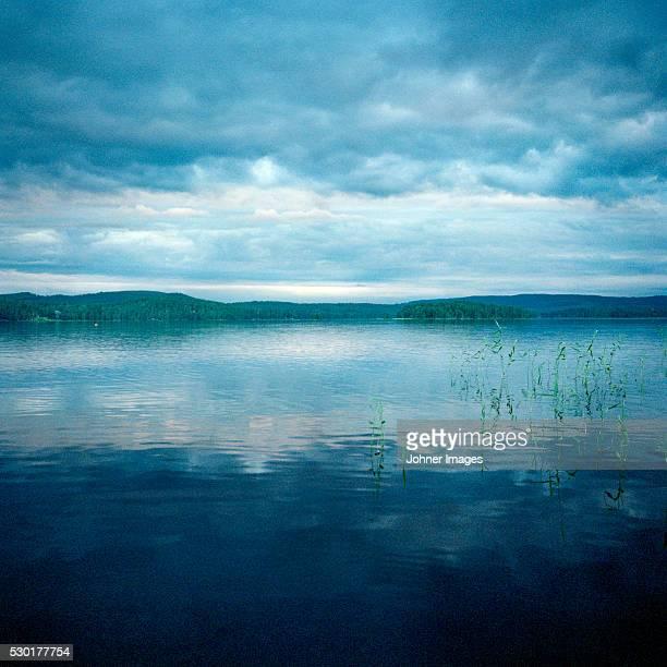 clouds over lake - レクサンド ストックフォトと画像