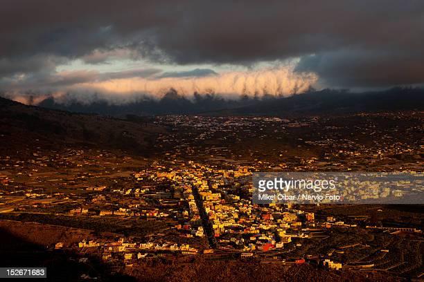 clouds over los llanos - hügelkette stock-fotos und bilder