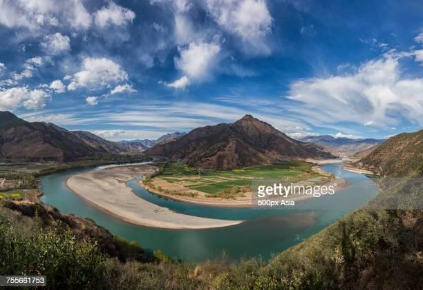 clouds over river in mountains, yunnan, china - provinz yunnan stock-fotos und bilder