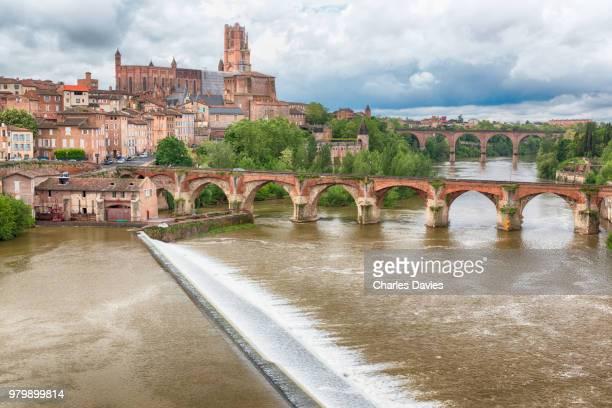 clouds over river tarn arch bridges, albi, france - アルビ ストックフォトと画像