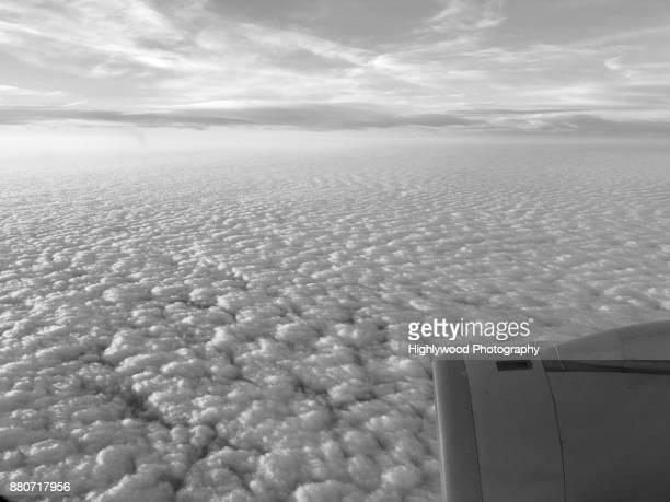 clouds: puffs and streams - highlywood - fotografias e filmes do acervo