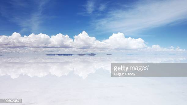 clouds reflection, salar de uyuni (salt flat), bolivia - ウユニ塩湖 ストックフォトと画像