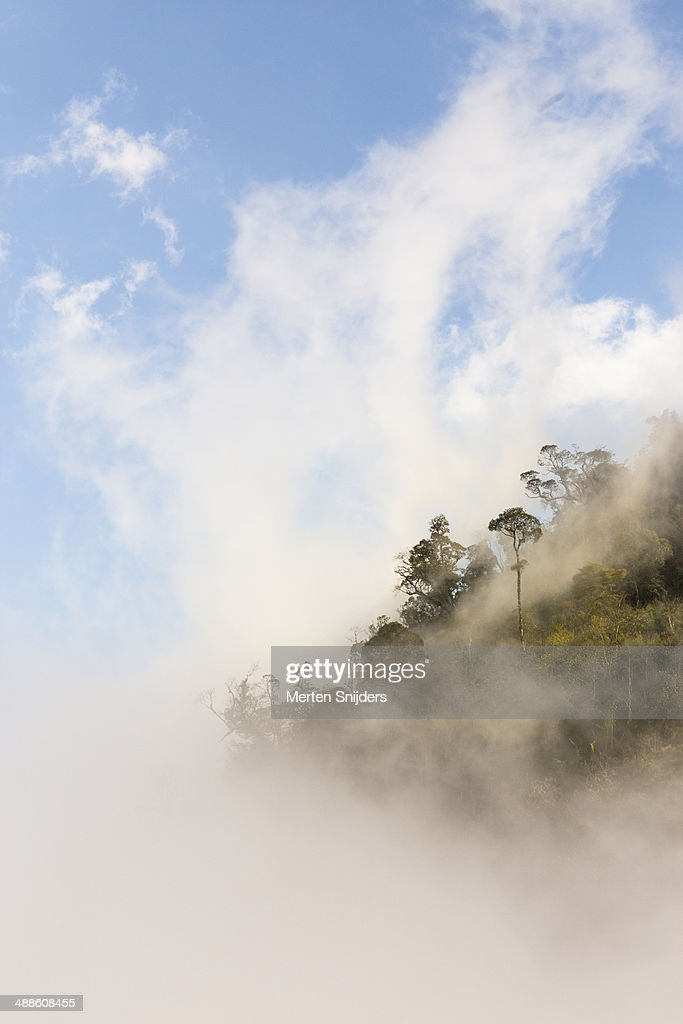 Clouds rising over mountain top : Stockfoto