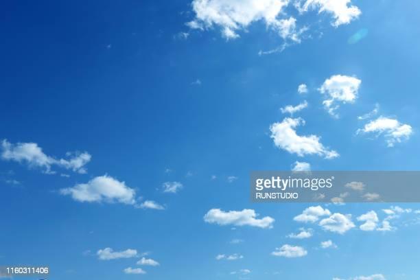 clouds with blue sky - wolkenloser himmel stock-fotos und bilder