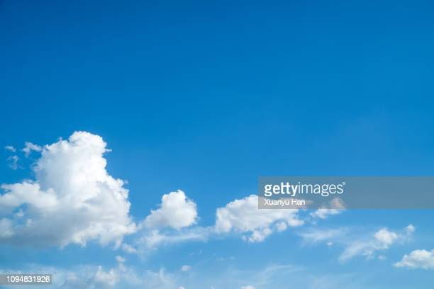 cloudscape background - bleu photos et images de collection