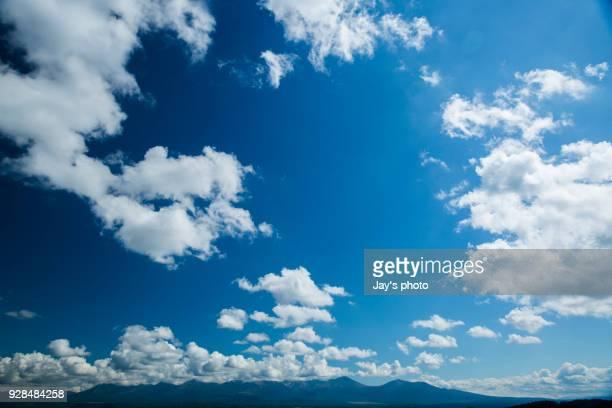 cloudscape of hokkaido - 青 ストックフォトと画像