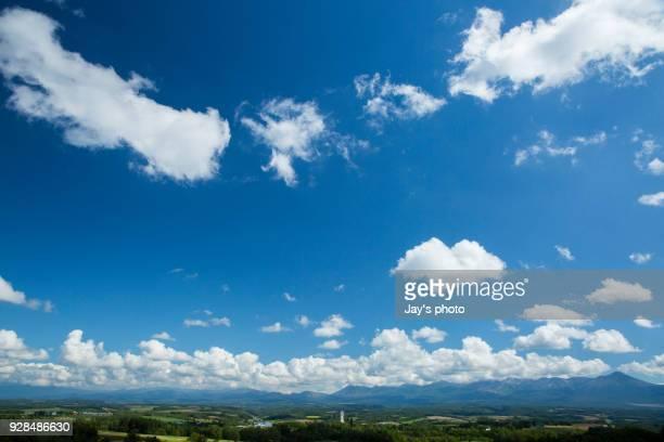 cloudscape of hokkaido - ふわふわ ストックフォトと画像