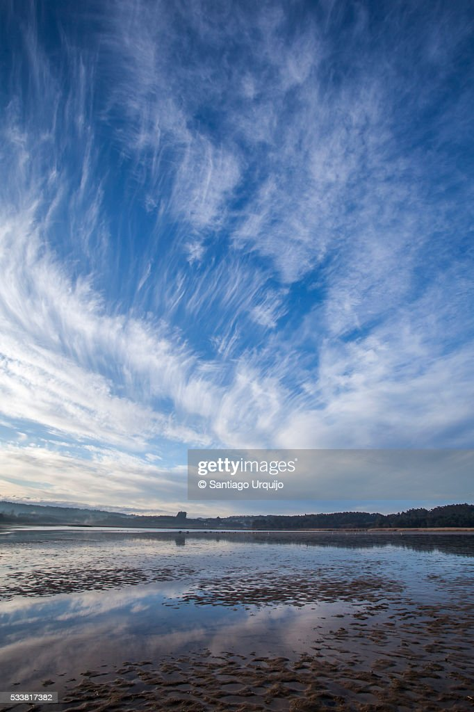 Cloudscape reflecting on intertidal zone of Frouxeira Lagoon : Foto stock