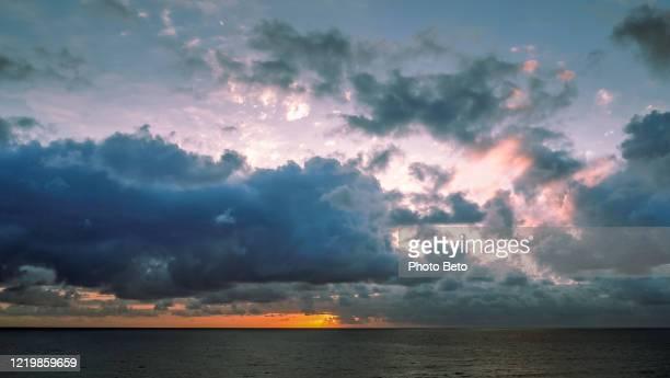 メキシコの太平洋沿岸の曇りとカラフルな夕日 - ロマンチックな空 ストックフォトと画像