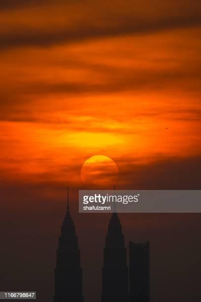 cloudy and haze sunset view over down town kuala lumpur, malaysia. - shaifulzamri 個照片及圖片檔