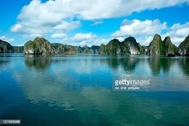 Wolkigen Tag in der halong-Bucht
