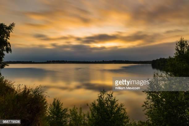 cloudy golden reflections - william mevissen fotografías e imágenes de stock