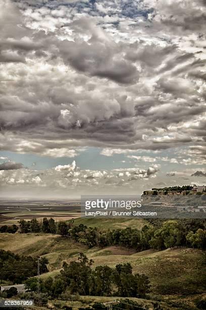 cloudy landscape - carmona fotografías e imágenes de stock