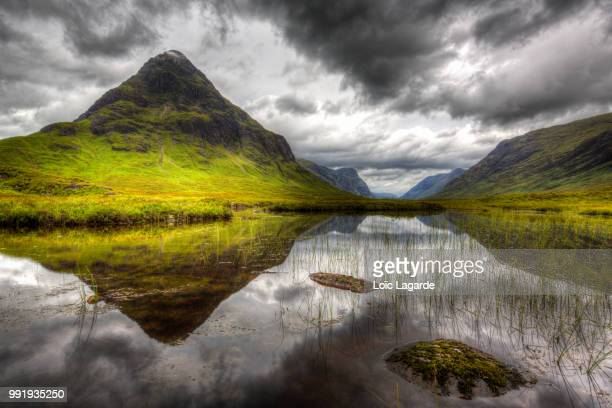 cloudy mirror in glencoe, west highlands, scotland - lagarde stock pictures, royalty-free photos & images
