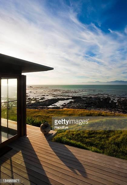 Cielo nuvoloso e mare dalla terrazza di lusso Casa al mare