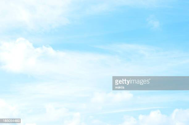 Ciel nuageux-mit wenig Wolken Himmerl Blauer