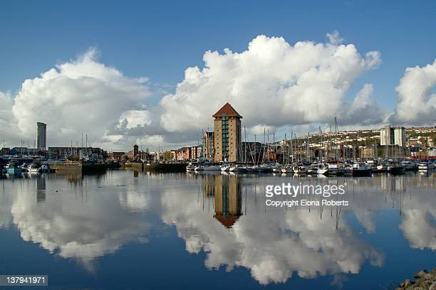 cloudy sky reflection sea - スワンシー ストックフォトと画像