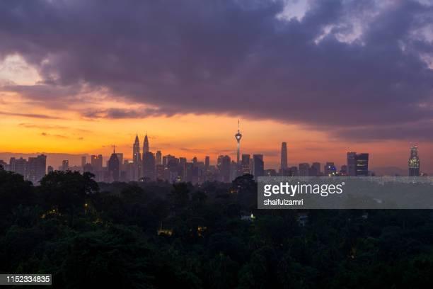 cloudy sunrise over downtown kuala lumpur, malaysia. - shaifulzamri 個照片及圖片檔