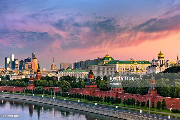 cloudy sunrise over kremlin wall and moskva river - moscow russia stock pictures, royalty-free photos & images