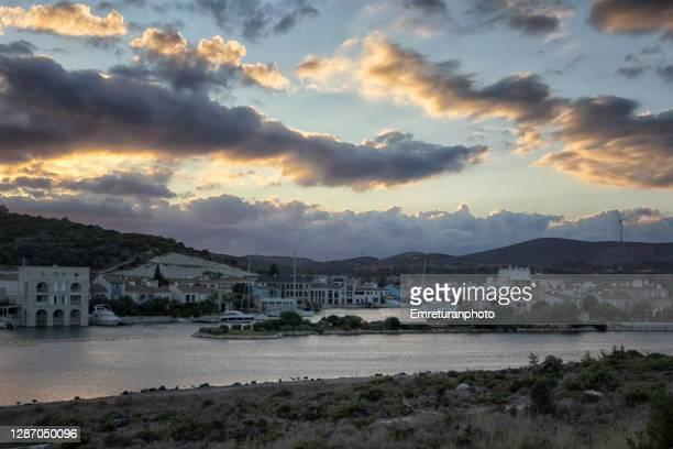 cloudy sunset above houses in alacati estuary. - emreturanphoto stock-fotos und bilder