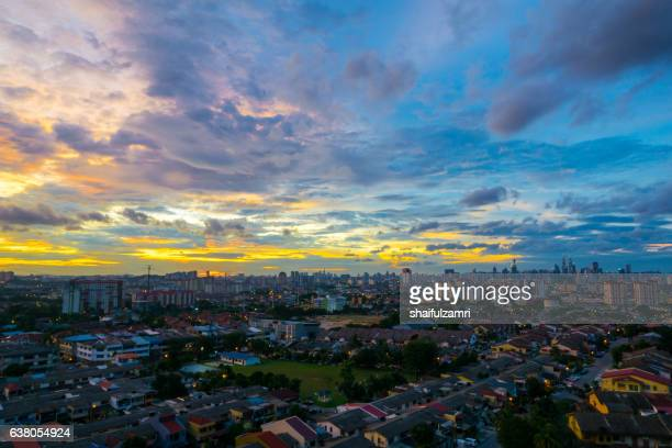 a cloudy sunset in kuala lumpur, the capital of malaysia. its modern skyline is dominated by the 451m tall klcc, a pair of glass and steel clad skyscrapers. - shaifulzamri stock pictures, royalty-free photos & images