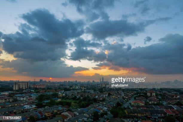 cloudy sunset over downtown kuala lumpur, malaysia. - shaifulzamri stock-fotos und bilder