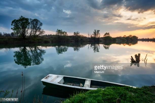 cloudy sunset over the river - rio kupa - fotografias e filmes do acervo