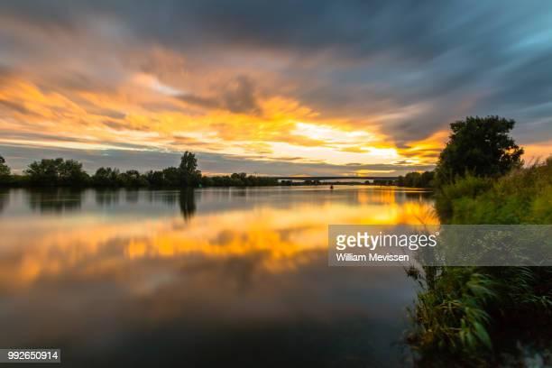 cloudy sunset reflections - william mevissen fotografías e imágenes de stock
