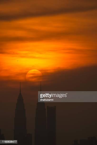 cloudy sunset view over down town kuala lumpur, malaysia. - shaifulzamri stockfoto's en -beelden